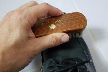 Schuhe putzen aus Glattleder