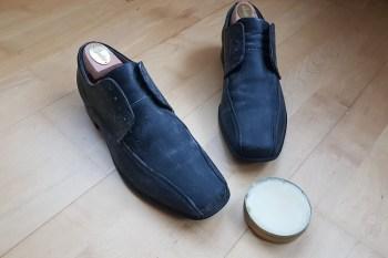 Schuhwachs beim Lederschuhe pflegen