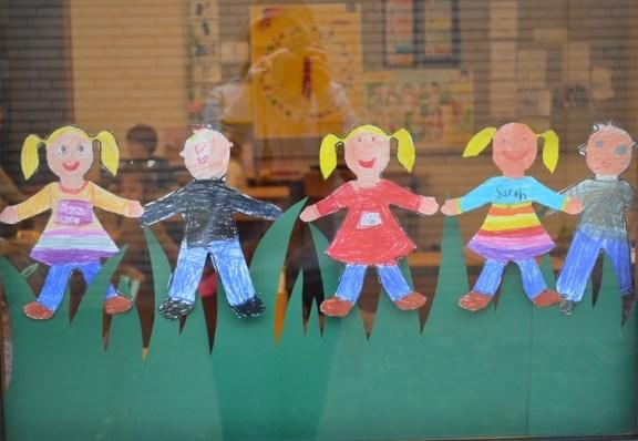 An den Fenstern der 1.Klässler sind tolle Friedensketten ausgestellt.