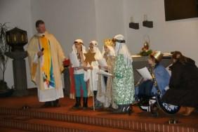 Verkleidet als Caspar, Melchior und Balthasar (+ Sternträger) erklären die Kinder den Sternsingerbrauch.