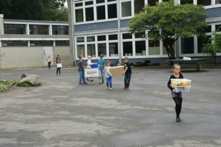 Kisten & Kartons werden in den neuen Klassenraum getragen.