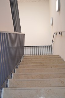 Die Stufen haben nun auch endlich ihre oberste Schicht verlegt bekommen.