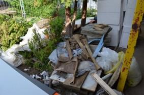An einigen Stellen lagert noch vile Bauschutt und Müll. Alle Gewerke müssen heute aber ran und gemeinsam aufräumen!