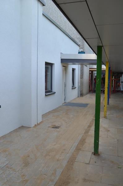 Die Fassade ist fertig, Türen und Fenster drin, selbst der Vorplatz und die Überdachung sind noch fertig geworden.