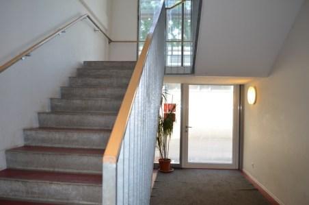 Seit heute kann man sogar ohne Hindernisse das Treppenhaus durchlaufen.