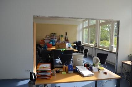 Auch das Büro der GBs-Leitung lebt mitten auf und in der Baustelle. Dafür haben sie einen der sonnigsten Räume der Schule!