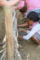Nachdem der Lehm weich genug war, konnten die die geflochtene Weidenwand weiter bearbeiten.