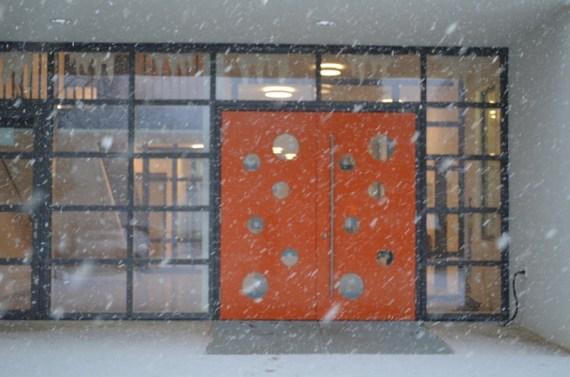 Unsere orangene Eingangstür ist nicht nur im Schneefall ein Blickfang!