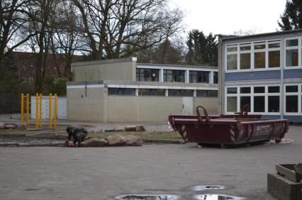 Die letzten Vorarbeiten für die Umgestaltung des Schulhofes