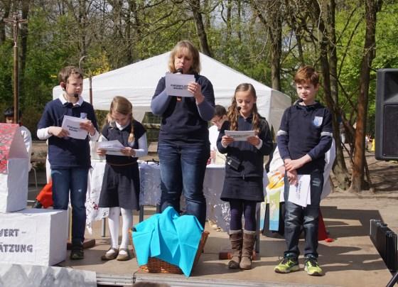 Frau Rawalski führte mit einigen Kindern durch das Programm.