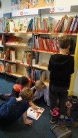 Anschließend durften auch sie noch in der Bücherhalle stöbern.