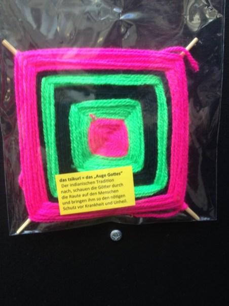 """Kunstwerke aus Wolle, wie hier das """"Gottes Auge"""", entstanden in den 4. Klassen."""