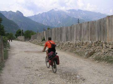 Za mestom Bajram Curri smerujeme do doliny Valbone - Foto: Labuda