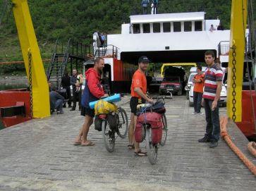 Naloďujeme sa na trajekt vo Fierze - Foto: Labuda