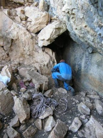 Vchod do jaskyne je zatarasený skalou