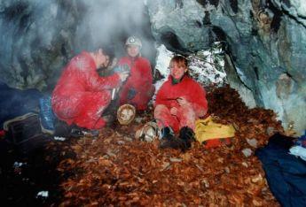 Vo vnútri jaskyne pri vhode