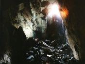 Jaskyňa osvetlená bleskom fotoaparátu