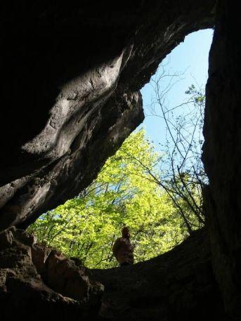 Veľký vchod do 50 m jaskyne V-1