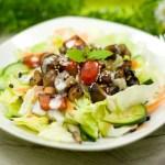 Gemischter Salat mit eingelegten Knobi-Pilzen