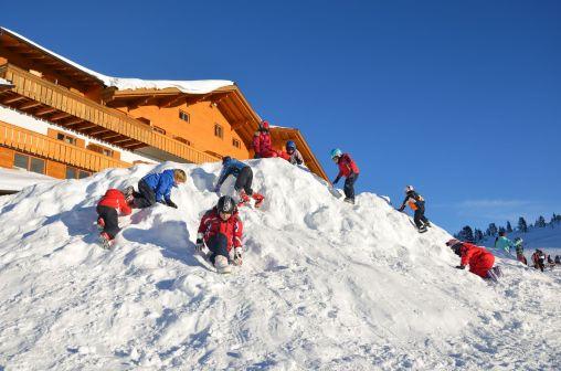 Schneehügel vor dem Hotel