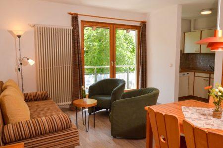 Wohnbereich mit zwei Sessel und Sofa