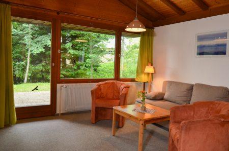 Wohnzimmer mit zwei Sessel und Sofa