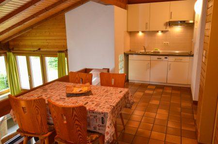 Küche im Vordergrund Esstisch