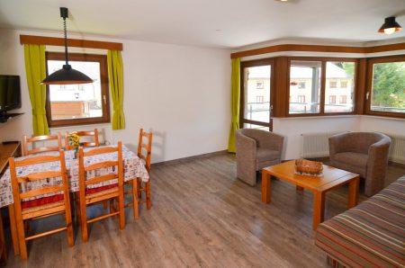 Wohnraum mit Essecke und Schlafcouch