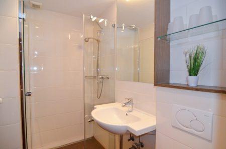 Badezimmer Waschbecken und Dusche