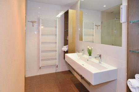 Badezimmer mit Dusche, WC separat
