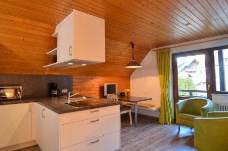 Wohnraum mit Doppelbett, Küchenzeile und Essecke