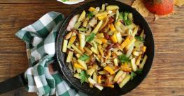 Gebratene-Kartoffel-mit-würzigem-Hähnchenfleisch-in-der-Paella-Pfanne