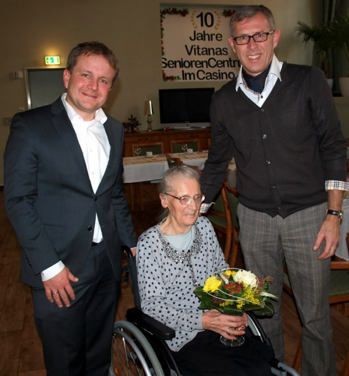 Oberbürgermeister Rico Badenschier gratuliert  Hildegard Karoß zum 100. Geburtstag