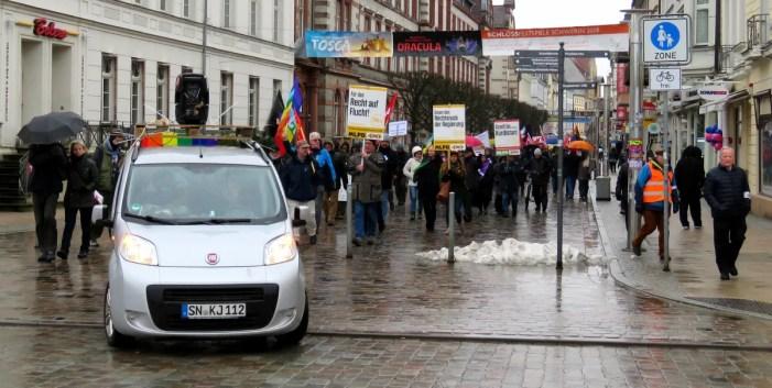 Fast 200 Menschen ziehen für den Frieden durch Schwerin