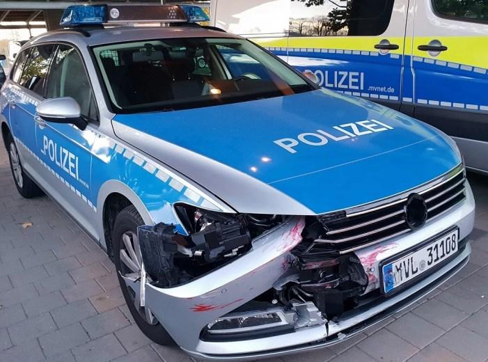 Straßensperre durchbrochen – Streifenwagen beschädigt – Festnahme
