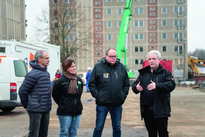 Mobilkran beginnt mit dem Rückbau der Hochhäuser in der Rostocker Straße