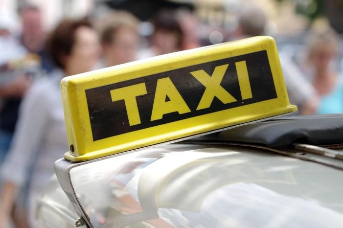 Taxifahrer verhindert Betrug an 84-jähriger