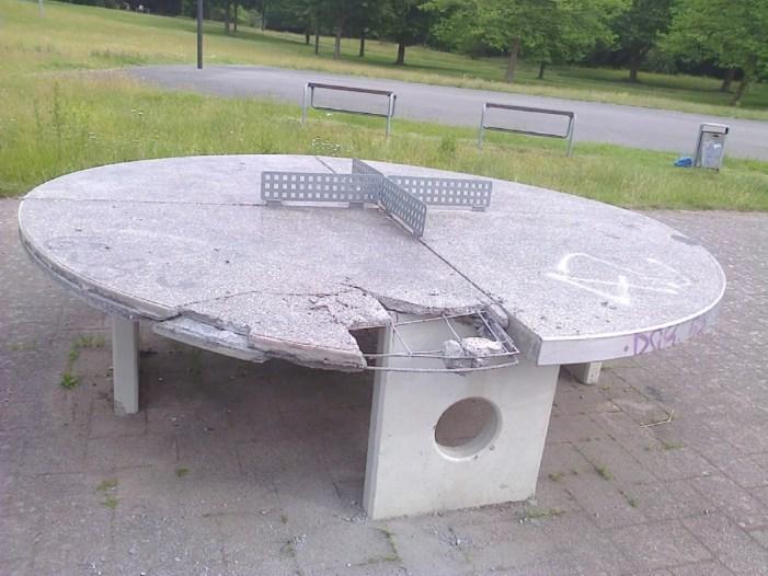 Tischtennisplatte gewaltsam zerstört