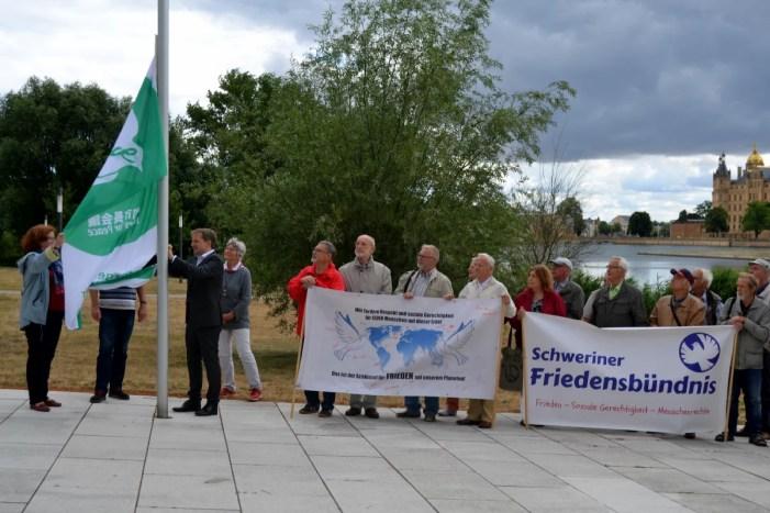 Schwerin zeigt Flagge für atomwaffenfreie und friedliche Welt