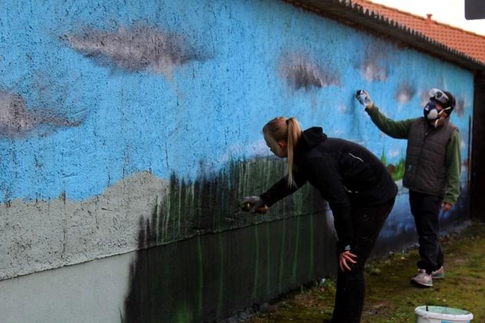 Aus Grau wird Bunt: Jugendliche gestalten Wand in der Weststadt