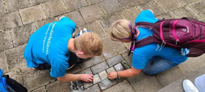 Schwerin: Jugendliche reinigen Stolpersteine