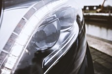 Das Fernlicht kann permanent aufgeblendet bleiben. Die Kamera maskiert andere Verkehrsteilnehmer aus