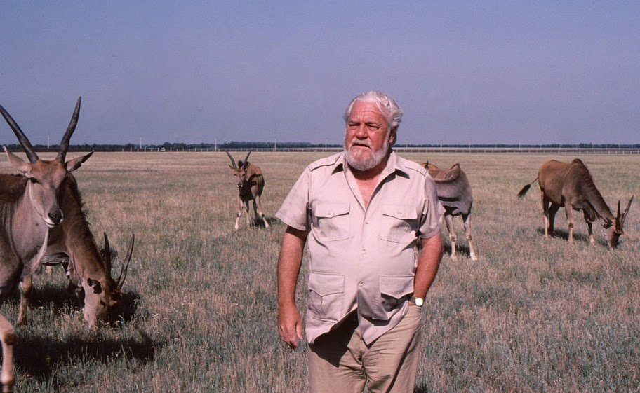 https://en.wikipedia.org/wiki/Gerald_Durrell#/media/File:Gerald_Durrell,_Askania_Nova.jpg