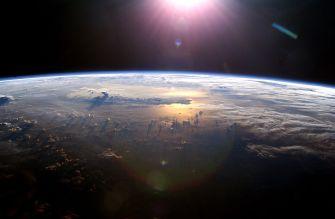 Earth's horizon By NASA [Public domain], via Wikimedia Commons