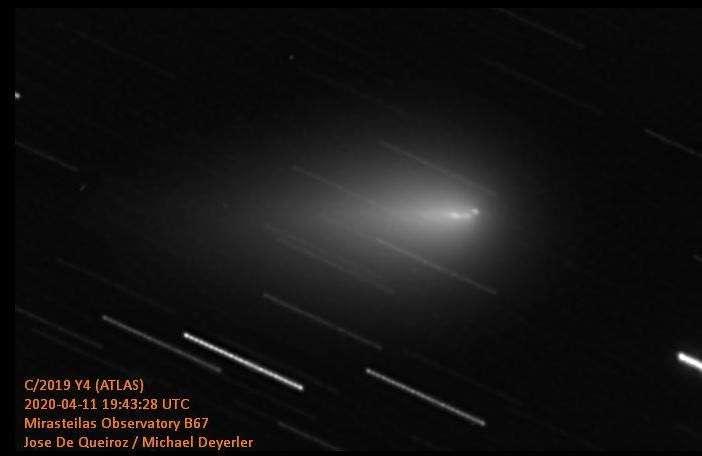 La comète Atlas, le 11 avril 2020. Photo prise par les astrophotographes Jose de Queiroz et Michael Deyerler. On distingue clairement un fragment à l'avant de la comète. © Jose de Queiroz, Michael Deyerler, Spaceweather