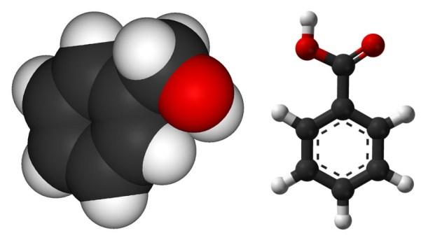 Aromatische Moleküle, wie sie neben den HMOCs stets gefunden wurden: links Benzylakohol (C7H8O), rechts Benzolsäure (C7H6O2). In der Mite der schwarze Ring aus Kohlenstoffatomen, flankiert von Wasserstoff (weiß) mit Zusatz von Sauerstoff (rot). Bild: Wikimedia Commons, gemeinfrei.