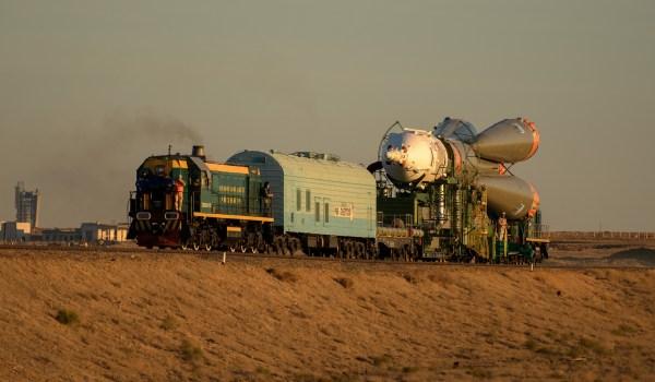 Die Sojus-FG-Rakete mit dem Raumschiff Sojus MS-10 wird per Eisenbahn zur Startrampe gefahren. Ein wenig merkt man noch, dass sie von einer Interkontinental-Atomrakete abstammt. Bild: Flickr, NASA/Bill Ingalls, CC BY-NC-ND 2.0.