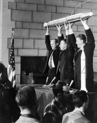 JPL Direktor William Pickering, James Van Allen uand Wernher von Braun (von links) halten ein Modell von Explorer 1 während der Pressekonferenz nach dem Start (NASA/JPL-Caltech)