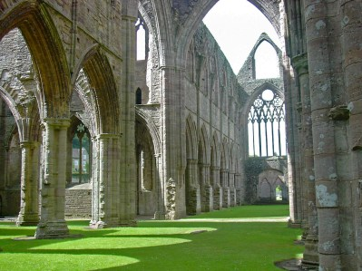 Tintern_Abbey-inside-2004.jpg