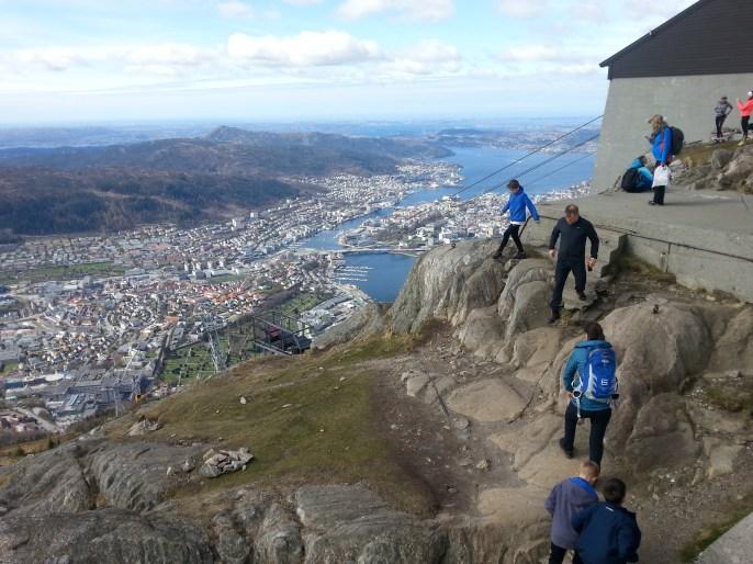 Szczyt góry Ulriken oblegany przez turystów.